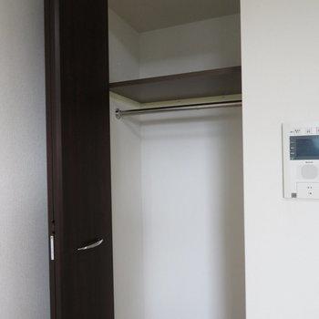 コンパクトなクローゼット(※写真は13階の同間取り別部屋のものです)