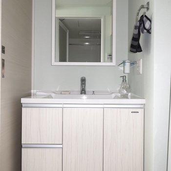 洗面台も洗練された雰囲気です(※写真は15階の同間取り、モデルルームのものです)