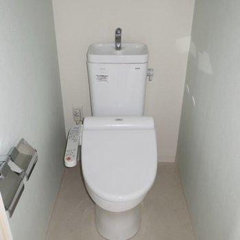 トイレにはもちろんウォシュレットも(※写真は15階の同間取り、モデルルームのものです)