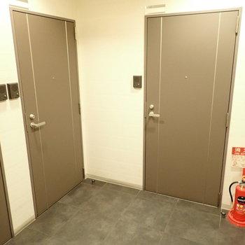 共用部】3つの玄関がひしめき合っています。