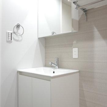 洗面台が特に可愛い。急いでいてもわざわざここに手を洗いにきてしまいそう。(※写真は1階の同間取り別部屋のものです)