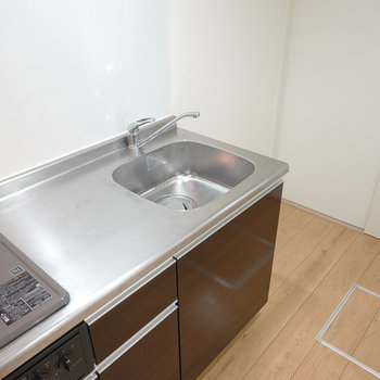 ワークトップは使いやすい広さ。冷蔵庫スペースは右手に。(※写真は1階の同間取り別部屋のものです)