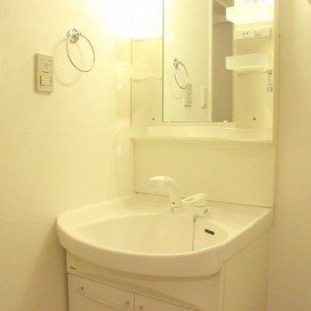 洗面台には収納とコンセントがありました。朝の支度はこちらで済みそうです。※写真は4階の反転間取り別部屋のものです