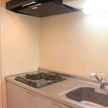 キッチンはコンパクトにまとまっています。※写真は4階の反転間取り別部屋のものです