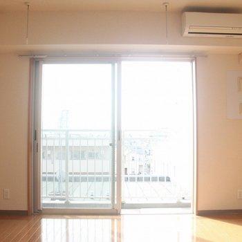 南向きの日当たりのいいリビング※写真は4階の反転間取り別部屋のものです