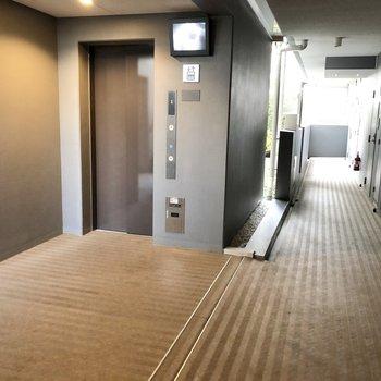 エレベーターも階段もあります。