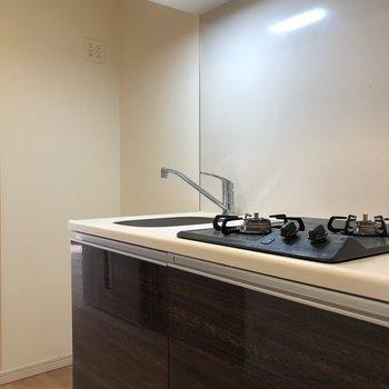 左側には冷蔵庫が置けるスペースがありますね。