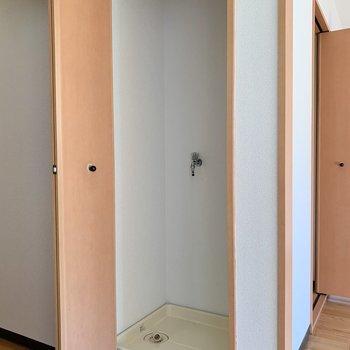 【DK】扉付き洗濯機置き場です、景観に配慮しています