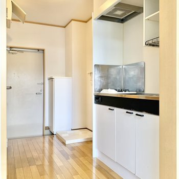 キッチン横に冷蔵庫が置けますよ。