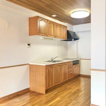 【LDK】左側に冷蔵庫が置けます。スペースがあるので大きな冷蔵庫も置けますよ。