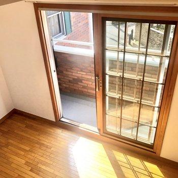 【洋室6.4帖】珍しい窓のデザイン。南向きで日差しも入りやすいです。