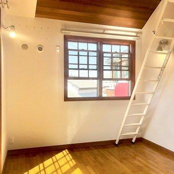 【洋室6.4帖】ロフトが付いているので天井は高めです。