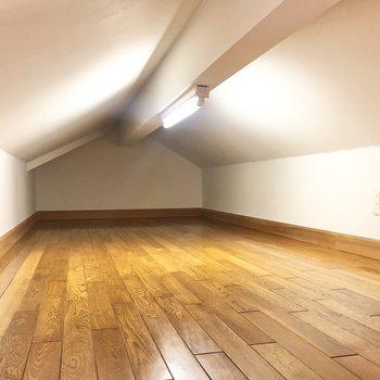 【洋室6.4帖】天井低めなので頭を打たないように気を付けてくださいね。