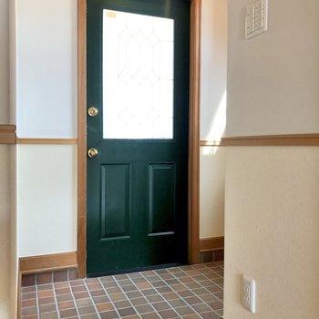 床のタイルとドアの深緑がポイントになっていますね。