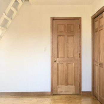 【洋室6.4帖】ウッド調の内装が可愛いですね。