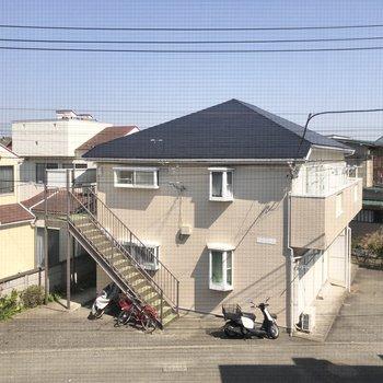 【洋室5.5帖眺望】通りを挟んで目の前のお家が見えます。