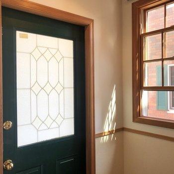 玄関にも窓が付いています。