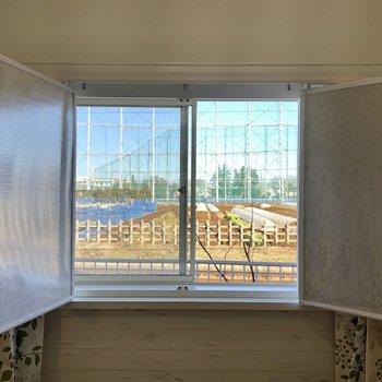 右手の窓は出窓になっており、開放的な景色が見えます!