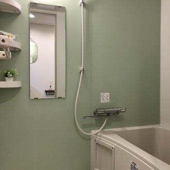 棚がついていて便利なお風呂。