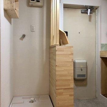 洗濯機置場は玄関横にあります。