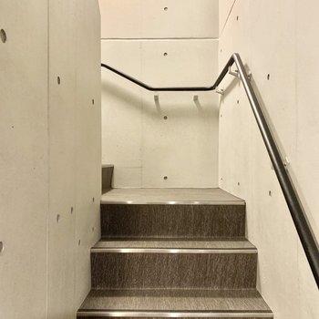 2階までは階段で。