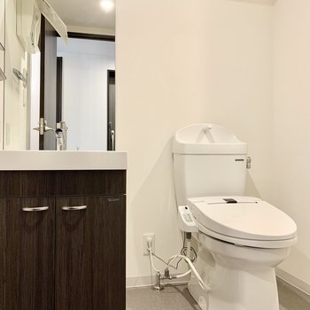 独立洗面台は大きな鏡付きなので朝の支度もはかどりそうです。