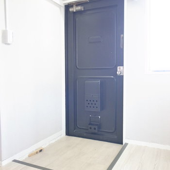 玄関は狭めで、シューズボックスがないのでご用意ください!