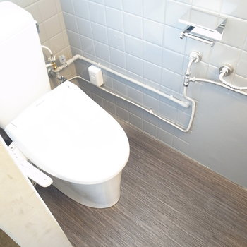 そしてシャワーブースと壁を挟んで隣にトイレ!温水洗浄便座つきですよ◎