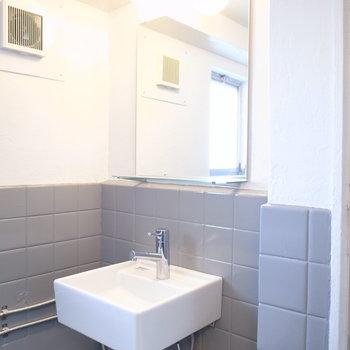シャワーブースの左ななめ前に洗面台があります。
