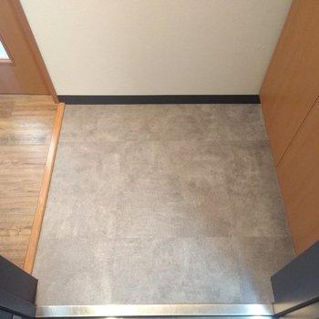 シンプルなグレーの床の玄関。スクエアな形がイイ