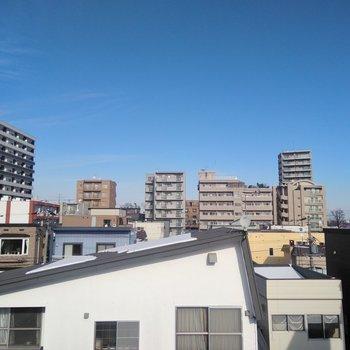 バルコニーからは青空が見渡せる!圧迫感もありません