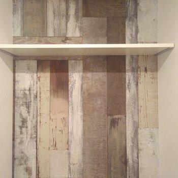 おトイレの奥はレトロな木を組み合わせたようなクロス