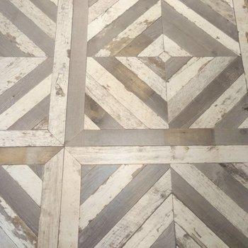 洗面所・脱衣所の床。レトロな木材風の床は、アンティークさを感じさせますよ
