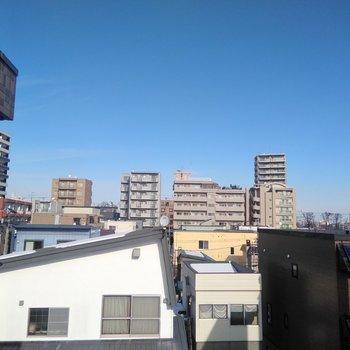 リビング窓からは住宅街とお青空がバッチリ。