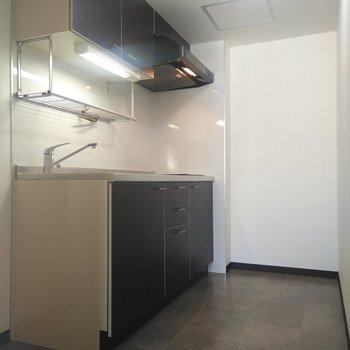 キッチン周りは奥と左側にスペースがあり◎左側に冷蔵庫、奥にラックを置いてレンジ、オーブンを奥といいかも