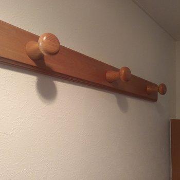 玄関にはウッディなコートハンガーが3つあり