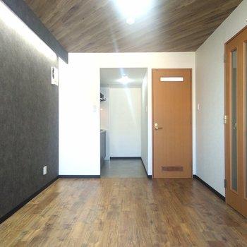 リビングは壁、天井、床とモダンなスタイルが取り入れられてる〜