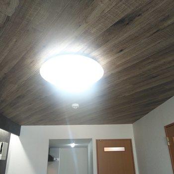 リビングの天井はオーセンティックな木目調、斜めに流れているのがポイント