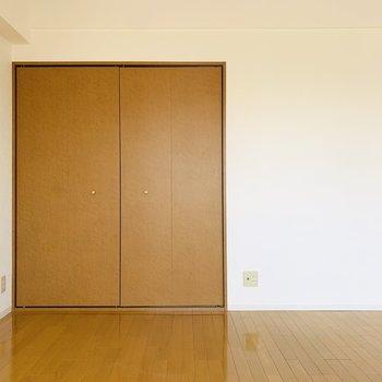 床には絵画やお気に入りの雑誌を置いて、少し変わった空間の演出もしてみたい。
