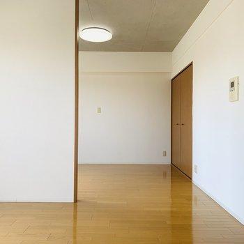 LDKと洋室の仕切りはなく、全てが一つの空間に。閉鎖されていないので開放感があります。