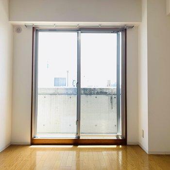 洋室にも大きな窓。真っ白なシーツのベッドとサイドテーブル。グリーンを置いても落ち着く空間にできそうです。
