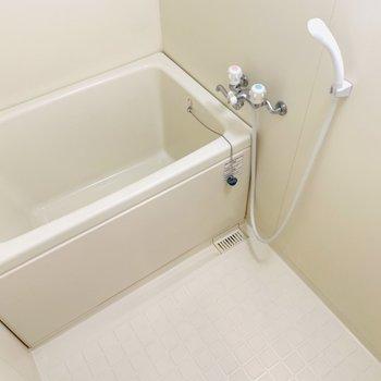 バスルームはシンプルにコンパクト。ですが清潔感があります。