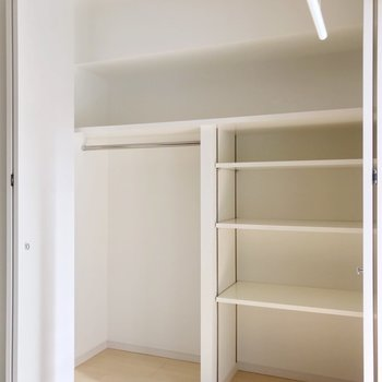 クローゼットには可動棚付き。ケースを使ったら、たくさん入りそうですね。(※写真は4階の同間取り別部屋のものです)