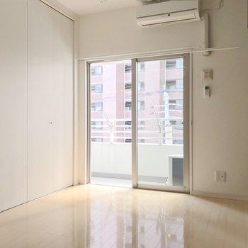洋室はコンパクト。クローゼットの扉があるのでベッドはシングルサイズがいいかも。(※写真は4階の同間取り別部屋のものです)