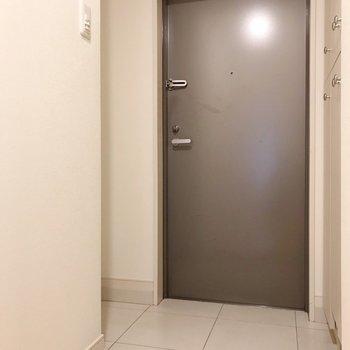 玄関周りはかなりゆったり。凹みには椅子も置けそうです。(※写真は4階の同間取り別部屋のものです)