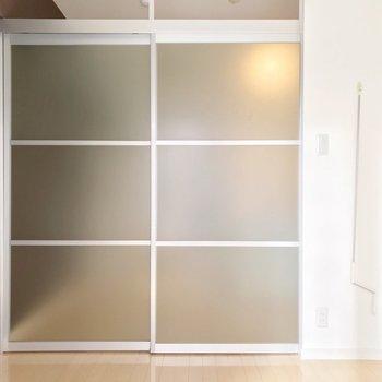 引き戸はすりガラスなので圧迫感はありません。(※写真は4階の同間取り別部屋のものです)