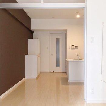 引き戸を開けてワンルームとしても使えますよ。ダイニングには小さなテーブル置きたいな。(※写真は4階の同間取り別部屋のものです)