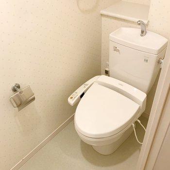 トイレはウォシュレット付き。(※写真は4階の同間取り別部屋のものです)