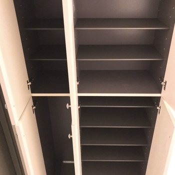 シューズボックスはこんなに大容量!靴持ちさんも安心ですね。(※写真は4階の同間取り別部屋のものです)