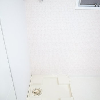 洗濯パンは角に。すぐ隣のドアは、